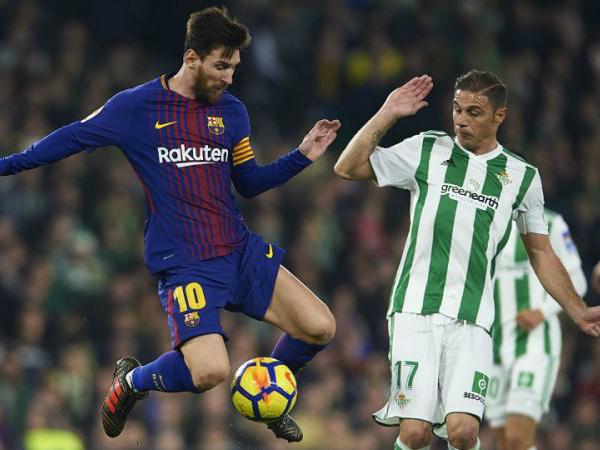 CĐV đội đối phương vỗ tay tán thưởng với màn trình diễn của Messi